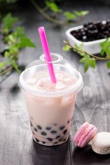 Клубничный чай boba bubble tea с фруктами и колотым льдом.