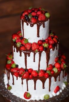 나무 바탕에 딸기 케이크입니다.