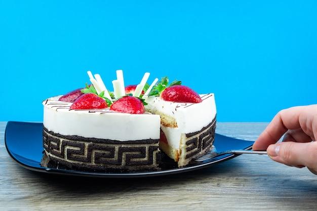 Strawberry cake with vanilla cream