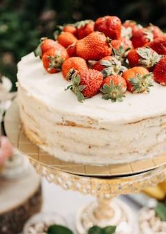 黄金のスタンドにホイップクリームとイチゴのケーキ