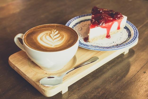 ストロベリーチーズケーキ、ラテコーヒー、木製テーブル