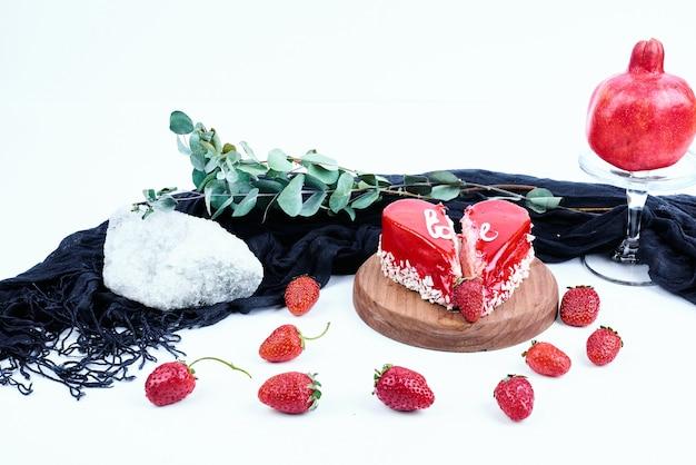 심장 모양의 딸기 치즈 케이크.