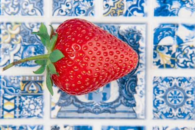 ポルトガル国立タイルの壁にイチゴのクローズ アップ