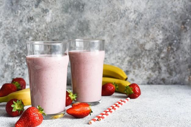 ストロベリーカクテル-アイスクリームとミルクのミルクセーキ。朝食にいちごのスムージー。