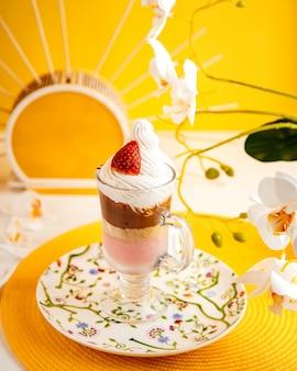 ストロベリーデザートクリームチョコレートクッキーの側面図