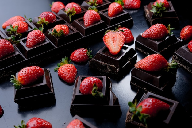 어두운 배경에 초콜릿 딸기 디저트