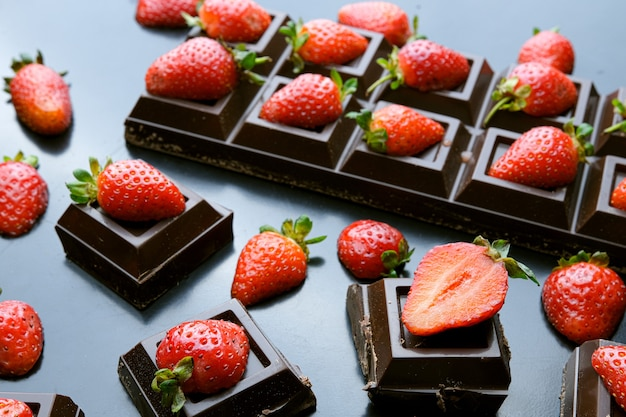 暗い背景にチョコレートのイチゴのデザート