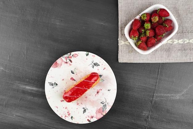 フルーツのカップとイチゴのエクレア。