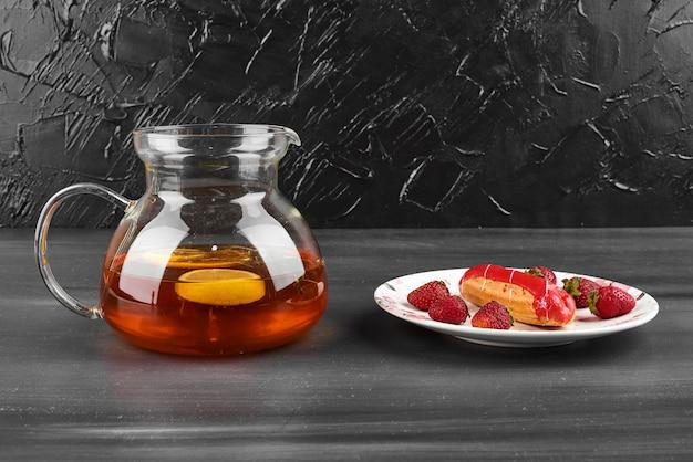 飲み物の瓶とイチゴのエクレア。
