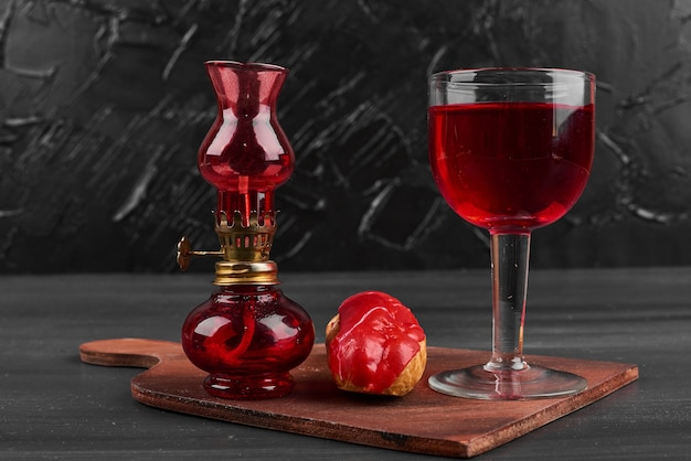 Eclair alla fragola con un bicchiere di vino.