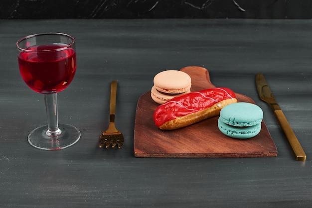 Eclair alla fragola con macarons e vino.