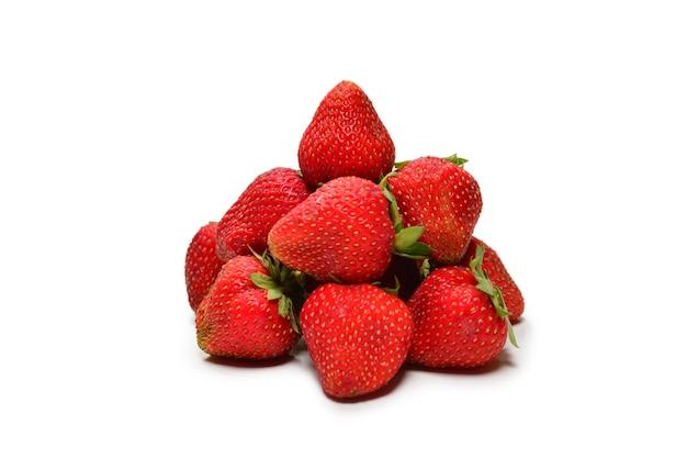 Клубника. макрос свежих ягод. изолированные на белом. вид сверху.