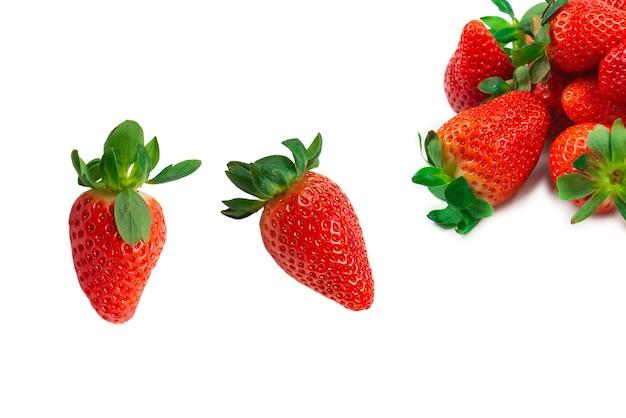 イチゴ。フレッシュベリーのマクロ。白で隔離されます。