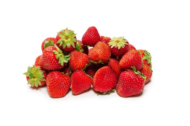 Клубника. свежая группа ягод, изолированные на белом фоне. Premium Фотографии