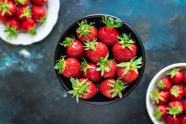 イチゴの新鮮なジューシーなフルーツベリー熟した収穫甘いデザート夏の有機ケトまたは古ダイエット