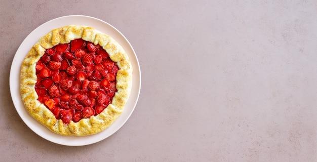 ストロベリーガレットまたはオープンパイ。ベーキング。ベジタリアンフード。