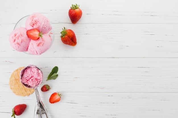 Клубничное мороженое в миске на деревянной поверхности