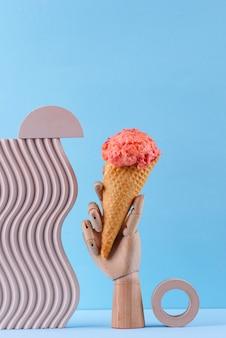 와플 콘에 딸기 아이스크림