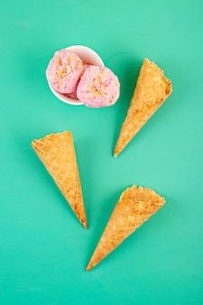 いちごのアイスクリームスクープと白いボウルにトッピング