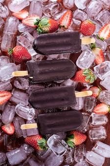 チョコレートコーティングのいちごアイス。ストロベリーアイスキャンディー。上面図