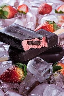 チョコレートコーティングのいちごアイス。ストロベリーアイスキャンディー。