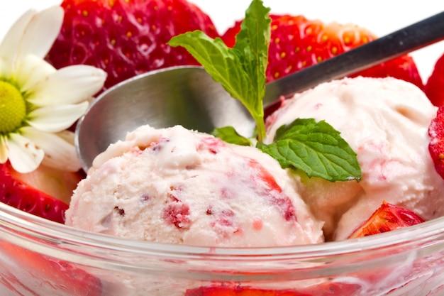 Клубничное мороженое с фруктами крупным планом