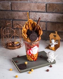 Клубничное мороженое с вафлей и орео