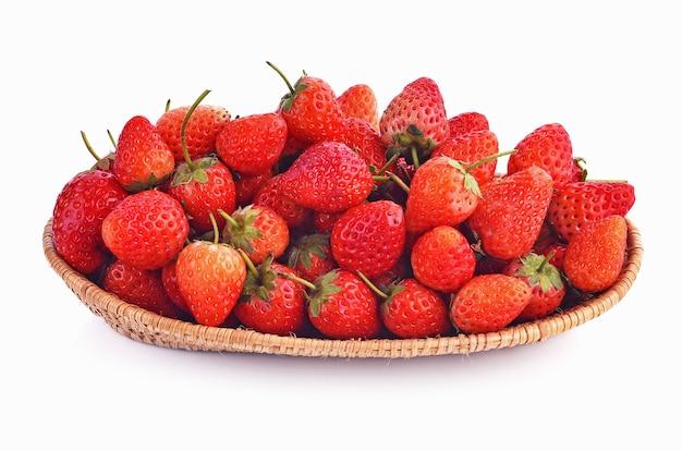 白い背景の上のバスケットのイチゴ