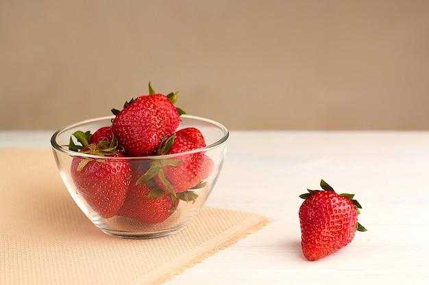 유리 그릇에 딸기