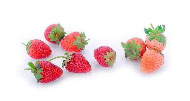 白で分離されたイチゴ。