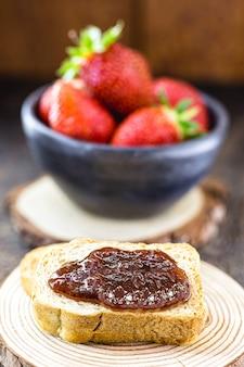 백그라운드에서 딸기와 딸기 잼 토스트. 건강한 아침 식사