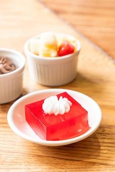 화이트 크림 딸기 젤리
