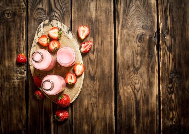 トレイにイチゴジュース。木製のテーブルの上。