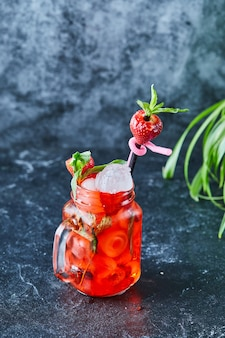 얼음 딸기 레모네이드, 어두운 표면에 밀짚 민트