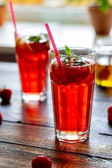 ミントとレモンのストロベリーレモネード。冷たい飲み物。夏。レシピ。