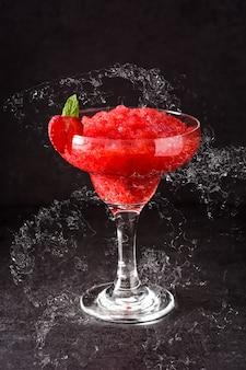 Клубничный коктейль маргарита в стеклянном всплеске