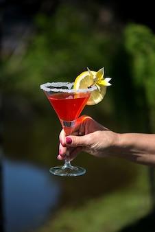 Клубничный коктейль маргарита на красочном деревянном фоне летняя вечеринка фон концепции