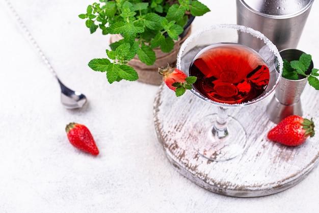 Клубничный мартини. сладкий красный алкогольный летний коктейль