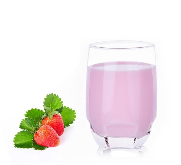 白のガラスのイチゴミルク