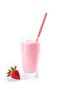Клубничный молочный коктейль, изолированные на белом фоне с copyspace.