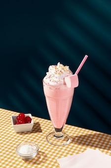 Milkshake alla fragola sul tavolo