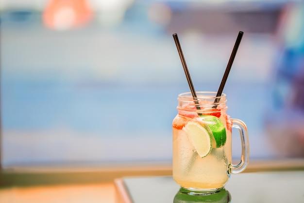 Клубничная мята и лимон с соломкой лимонад в стеклянном бокале