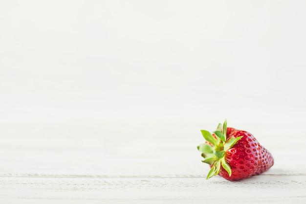 テーブル上のイチゴ Premium写真