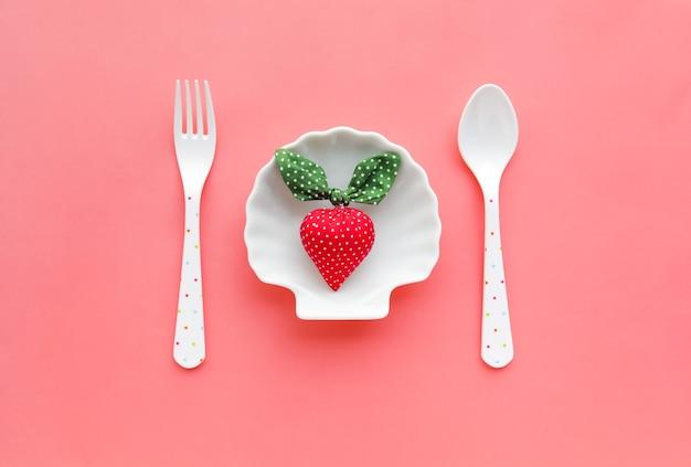 パステルカラーの背景を持つ皿にイチゴ。