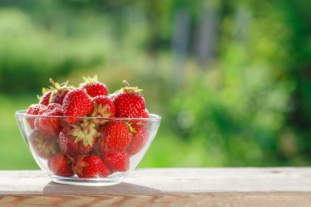녹색 blured 배경에 딸기