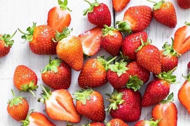 흰색 나무 테이블 상단 보기에 딸기