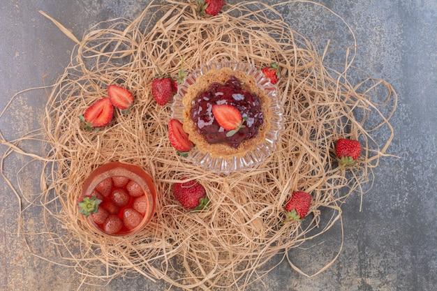 大理石の表面に冷たいジュースとイチゴのペストリー