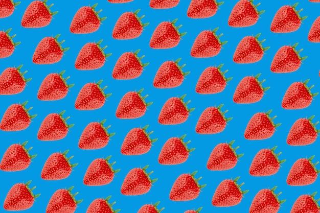 파란색 배경에 딸기 패턴