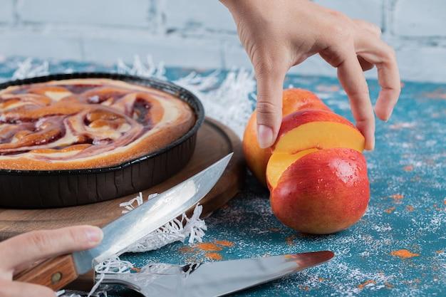 赤桃と黄桃を添えたストロベリーパイ。