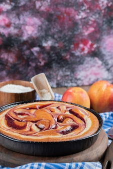 周りに黄桃をのせたストロベリーパイ。
